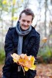 Trendy moderne kerel die bladeren toont Royalty-vrije Stock Foto's