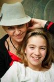Trendy moeder en dochter Stock Foto's