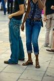 Trendy paar in Parijs, Frankrijk stock afbeelding