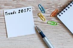 Trendy 2017 pisać na zawiadomieniu przy biurowym miejsca pracy tłem z pustą przestrzenią dla teksta pojęcia prowadzenia domu posi Obraz Stock