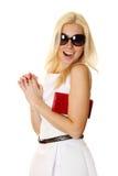 Trendy vrouw die met zonnebril rode handtas houdt Stock Afbeeldingen