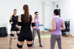 Trener pomaga żeńskiej atlety robić gimnastycznym opasek zaciskająca ćwiczeniom obrazy royalty free