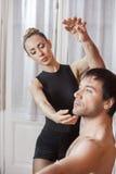 Trener Pomaga Baletniczego tancerza W próba pokoju Zdjęcie Royalty Free