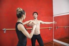 Trener Pomaga Męskiego Baletniczego tancerza W studiu Obraz Royalty Free