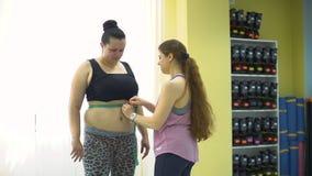 Trener Pomiarowa Z nadwagą kobieta zbiory wideo