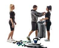 Trener pomocy kobiety ustawiać EMS kostium Zdjęcia Royalty Free