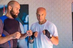 Trener trenuje bokserów przedstawień strajki zdjęcie royalty free