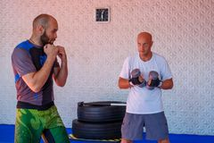 Trener trenuje bokserów przedstawień strajki zdjęcie stock