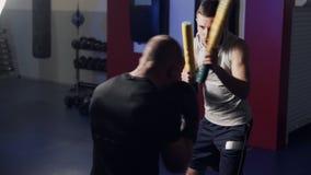 Trener trenuje boksera w gym, opracowywa, kopni?cie i obron?, zwolnione tempo zbiory wideo