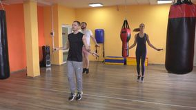 Trener trenuje grupy mężczyźni i dziewczyny skokowa arkana w gym, grże w górę trenować przed, omijający arkanę zbiory wideo