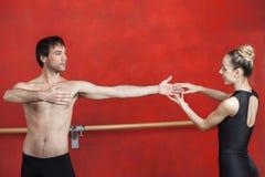 Trener Z Żeńskim Baletniczym tancerzem Ćwiczy W studiu Fotografia Stock