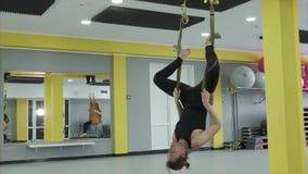 Trener załatwia jego cieki w komarnicy joga taśmie w przestawnej pozie zdjęcie wideo