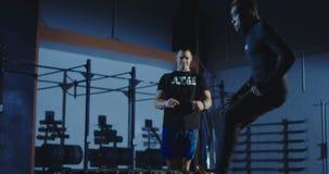 Trenera dopatrywania mężczyzna pracujący out zbiory wideo
