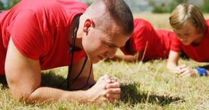 Trenera instruowania dzieciaki podczas gdy ćwiczący w obóz dla rekrutów zdjęcie wideo