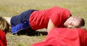 Trenera instruowania dzieciaki podczas gdy ćwiczący w obóz dla rekrutów zbiory wideo