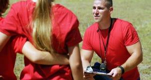 Trenera instruowania dzieciaki w obóz dla rekrutów zdjęcie wideo
