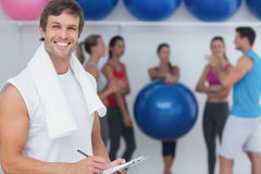 Trenera mienia schowek z sprawności fizycznej klasą w tle Zdjęcie Stock