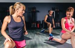 Trenera nauczania rozciągliwość ćwiczy sprawności fizycznej klasa Zdjęcia Stock