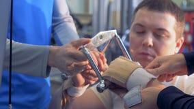 Trenera pomoc obezwładniający mężczyzna w naprawianie ręki ` s kahatach zbiory