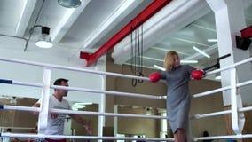 Trenera powitania kobieta przy bokserskim pierścionkiem zbiory wideo