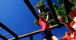 Trenera szkolenia dzieciaki w obóz dla rekrutów zbiory