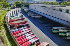 Trenery i autobusy w dworcu autobusowym w Madryt Obraz Royalty Free
