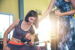 Trenery w gym biorą opiekę członkowie gym zdjęcia stock