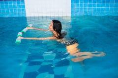 Trenes atractivos de la muchacha en aeróbicos del aqua Foto de archivo