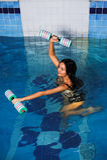 Trenes bonitos de la muchacha en aeróbicos de la aguamarina Fotos de archivo libres de regalías
