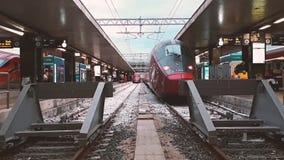 Trenes de alta velocidad en la estación de Roma almacen de metraje de vídeo