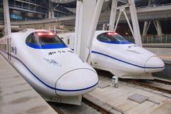Trenes de bala en el ferrocarril del sur de Pekín, China Foto de archivo