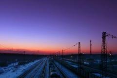 Trenes de carga con el soporte de los carros en ferrocarriles Imagen de archivo libre de regalías