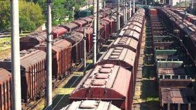 Trenes de carga en el terminal del cargo almacen de metraje de vídeo