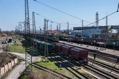 Trenes de carga en las vías ferroviarias Imagen de archivo libre de regalías