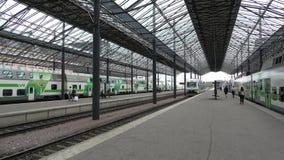 Trenes de cercanías de salida del ferrocarril principal de Helsinki finlandia almacen de metraje de vídeo
