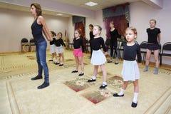 Trenes de las muchachas con el profesor del ballet Foto de archivo