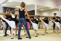 Trenes de las muchachas con el profesor del ballet Foto de archivo libre de regalías
