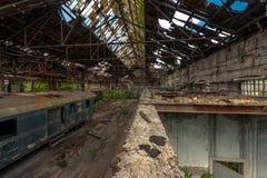 Trenes del cargo en depósito de tren viejo foto de archivo libre de regalías