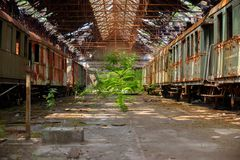 Trenes del cargo en depósito de tren viejo imagen de archivo