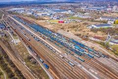 Trenes del cargo Vista a?rea de los trenes de carga coloridos en el ferrocarril Carros con las mercanc?as en el ferrocarril Silue fotos de archivo libres de regalías