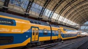 Trenes del holandés en la estación de la central de Amsterdam Foto de archivo