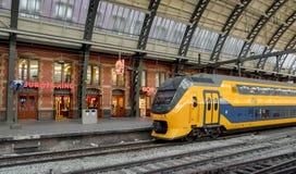 Trenes del holandés en la estación de la central de Amsterdam Fotos de archivo libres de regalías