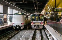 Trenes del japonés en el JR estación de Kyoto imagen de archivo libre de regalías
