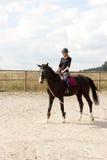 Trenes del montar a caballo de la muchacha Foto de archivo libre de regalías