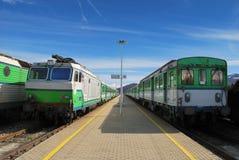 trenes del verde en una estación Fotos de archivo libres de regalías