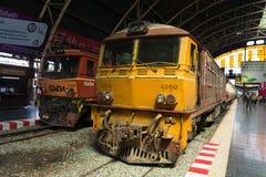 Trenes en el ferrocarril central de Hua Lamphong en Bangkok Imagen de archivo