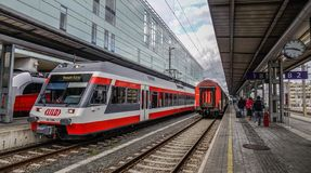 Trenes en el ferrocarril en Linz, Austria imagen de archivo