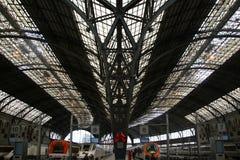 Trenes en la estación de ferrocarril Fotografía de archivo