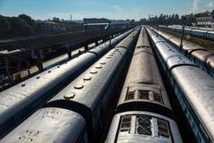 Trenes en la estación de tren. Trivandrum, la India fotografía de archivo libre de regalías
