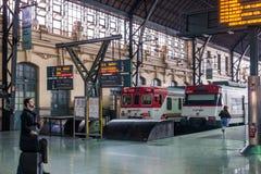 Trenes en la estación del norte en Valencia Spain el 24 de febrero de 2019 Dos personas no identificadas imágenes de archivo libres de regalías